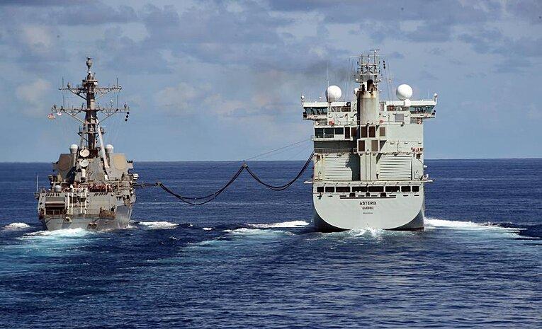 Yakıt ikmali yapan gemi