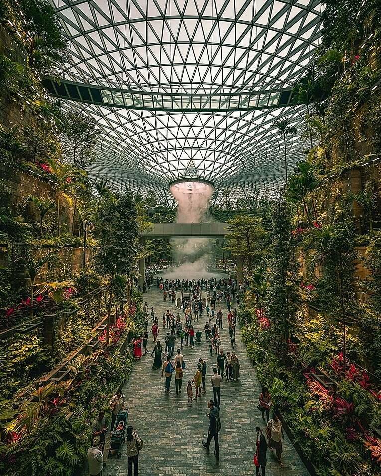 Singapur havalimanındaki muhteşem şelale manzarası